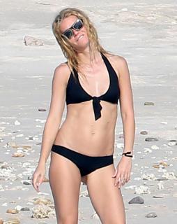 Gwyneth Paltrow en Bikini [2382x3000] [545.39 kb]