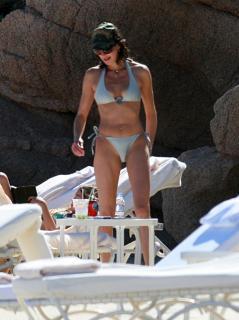 Teri Hatcher en Bikini [1755x2348] [447.52 kb]