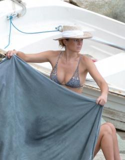 Serinda Swan en Bikini [1800x2288] [309.94 kb]