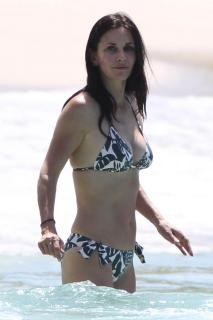 Courteney Cox in Bikini [1200x1800] [129.13 kb]