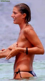 Francesca Piccinini en Topless [650x1167] [69.9 kb]