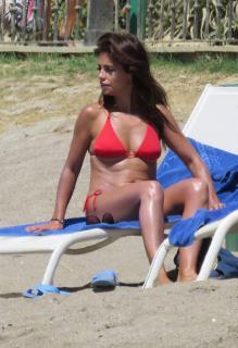 Mónica Cruz in Bikini [1342x1952] [374.73 kb]