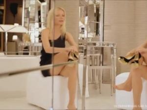 Video Gwyneth Paltrow - Sexy Cross Legs (Slow Motion)