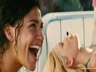 Video Kelly Brook Y Jessica Szohr En Piranha (2010)