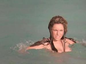 Video Kelly Brook Bouncing Tits On The Beach