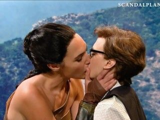 Video Gal Gadot Lesbian Kiss With Kate Mckinnon On
